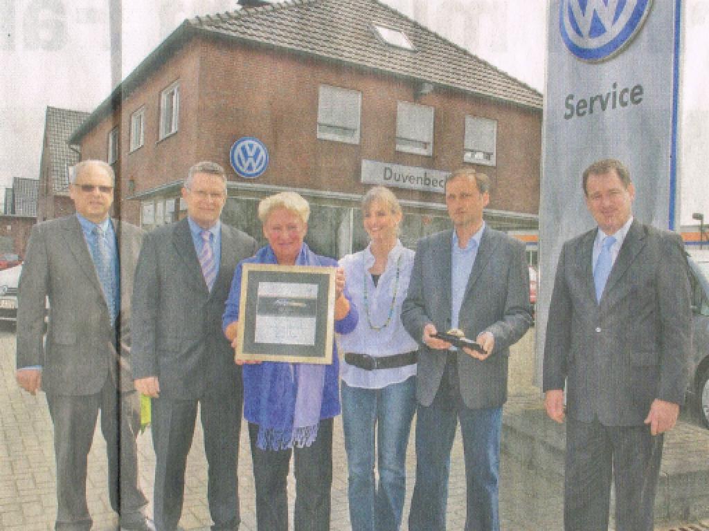 VW-Service-Leiter West Martin Buchstaller (r.) und seine Kollegen (l.) gratulieren Helga, Jürgen und Sabine Duvenbeck zum 50-jährigen Jubiläum des Familienbetriebs.