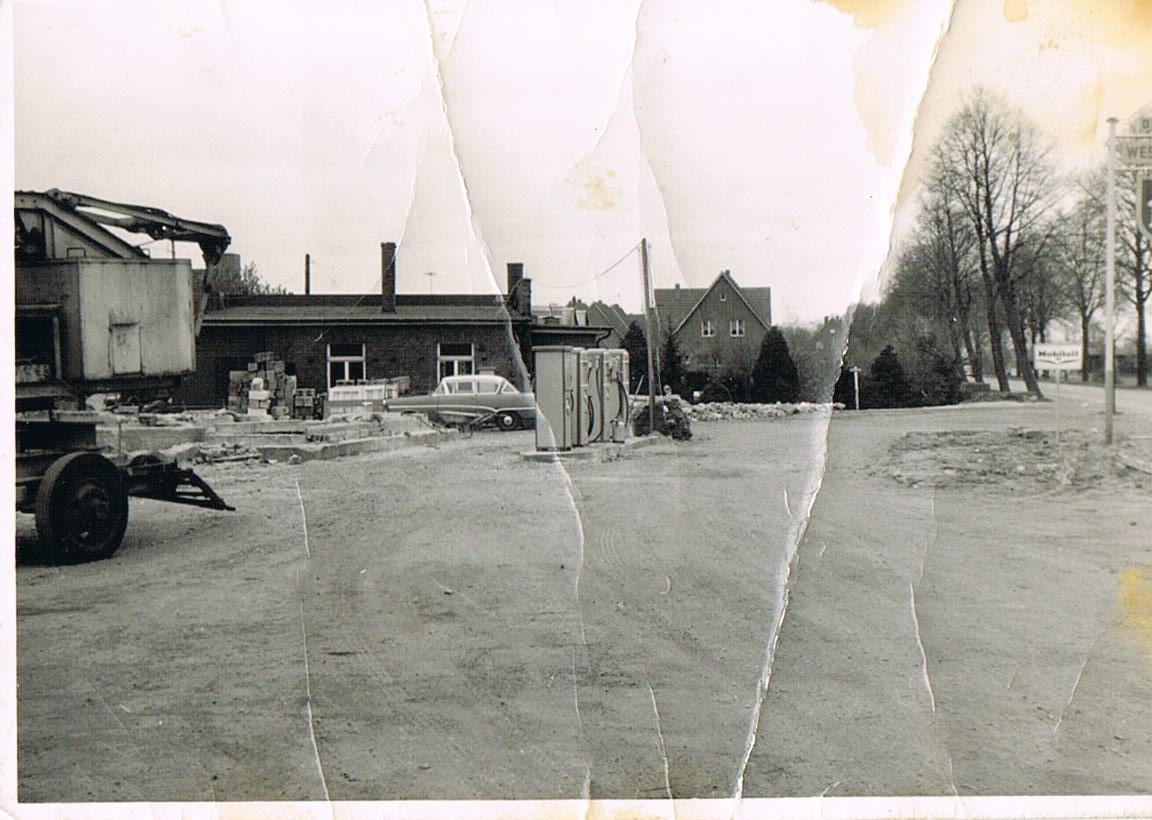 1932 gründet Bernhard Duvenbeck ein Umzugsgüterunternehmen mit Pferdegespann - die spätere Spedition Duvenbeck. Wie hier zu sehen, wird das Unternehmen 1952 um eine Westfalen-Tankstelle erweitert.