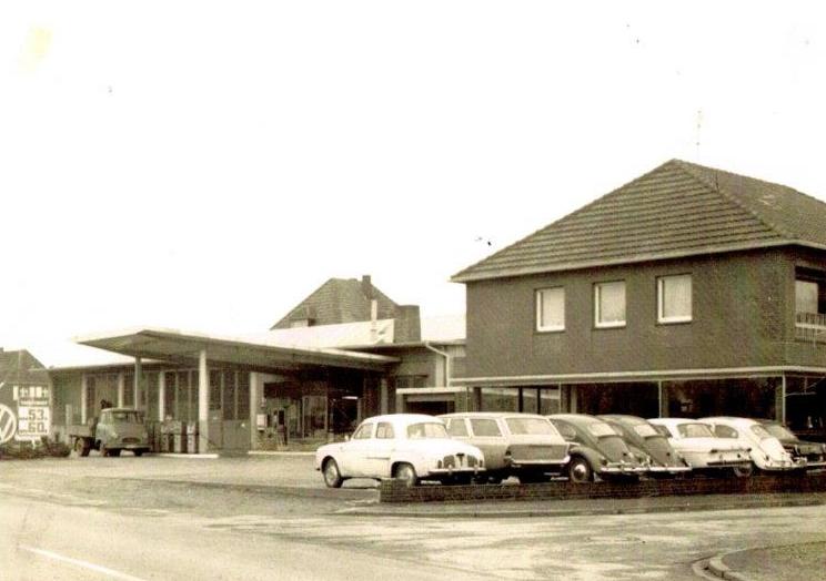 Im Januar 1961 wird das Autohaus Duvenbeck mit eigener VW-Werkstatt und angegliederter Tankstelle offiziell eröffnet. Der erste Wagen, der damals auf den Platz rollt, ist ein hellblauer VW-Käfer.