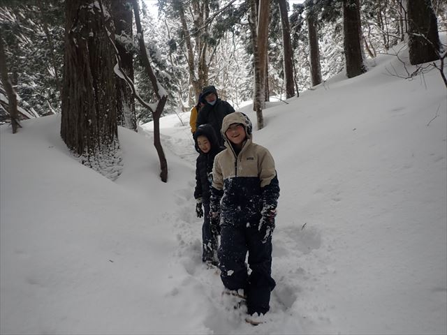 大人も子どもも大満足の雪遊び  かんじきトレッキングとイグルー作り