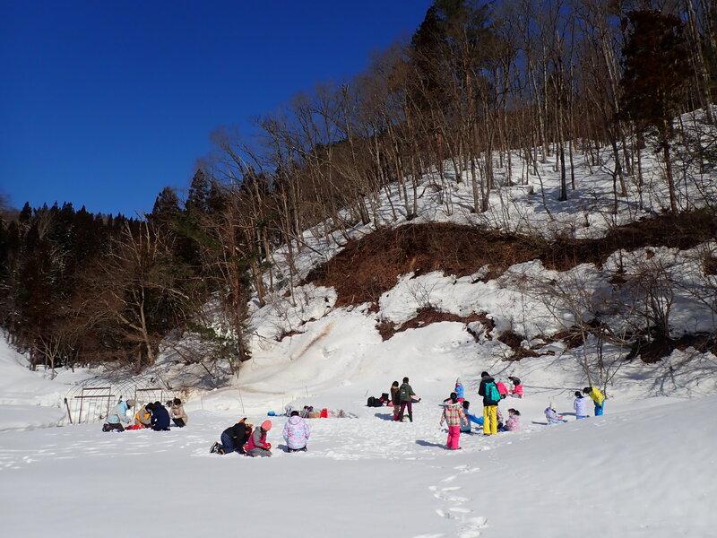 真っ白なグラウンドをレンタルして雪遊び