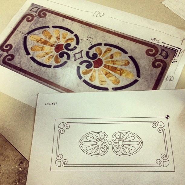 progettazione e realizzazione di alcuni tavoli intarsiati in travertino navona, travertino noce e travertino rosso persiano