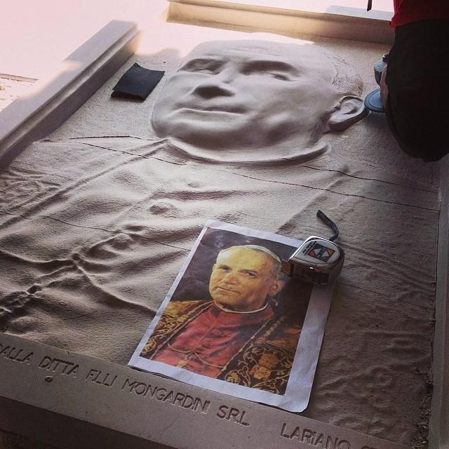 lavorazione di un bassorilievo commisionato dal vaticano di papa giovanni