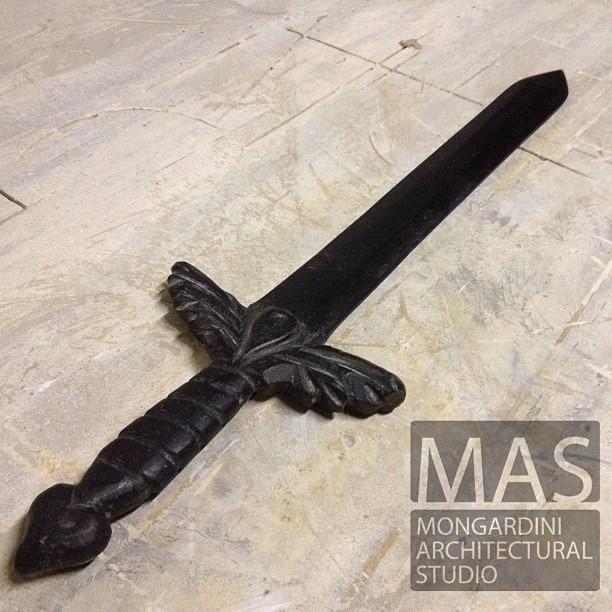 lavorazione della spadain granito nero assoluto, fatta a grandezza naturale in un unico blocco