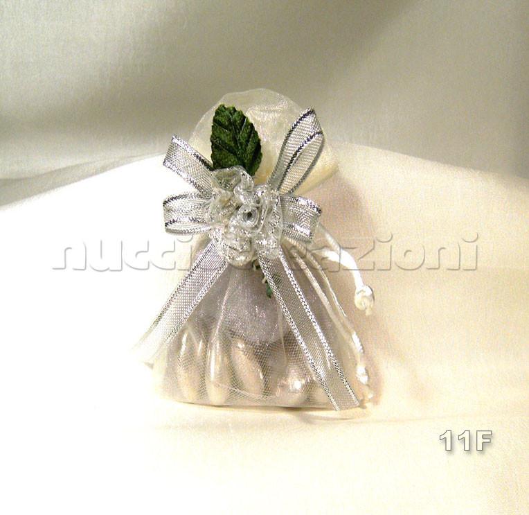 N°11F          SACCHETTO                                ORGANZA ARGENTO  sacchetto organza ,5confetti oro avvolti in tulle argento,nastro organza bordata argento,fiore argento e foglia  €2,20
