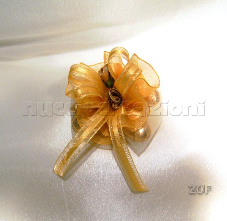 N°20 COCCARDA ORO  coccarda vip oro,5 confetti oro foderati da tulle, nastrino vip oro 2 boccioli oro           €3,00