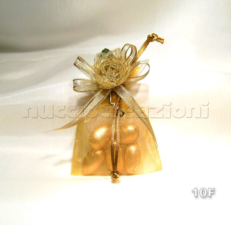 N°10F          SACCHETTO                                    ORGANZA ORO  sacchetto organza oro,5confetti oro avvolti in tulle,nastro organza bordata oro,fiore oro e foglia                               €2,20