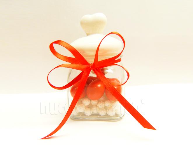 Barattolo in vetro con tappo ermetico in ceramica bianca, capacità 120 ml < cm.5,5x5,5 h9  all'interno 5 confetti snob mandorla e cioccolato adagiati su mimose di zucchero bianche ,confezionato €5,00