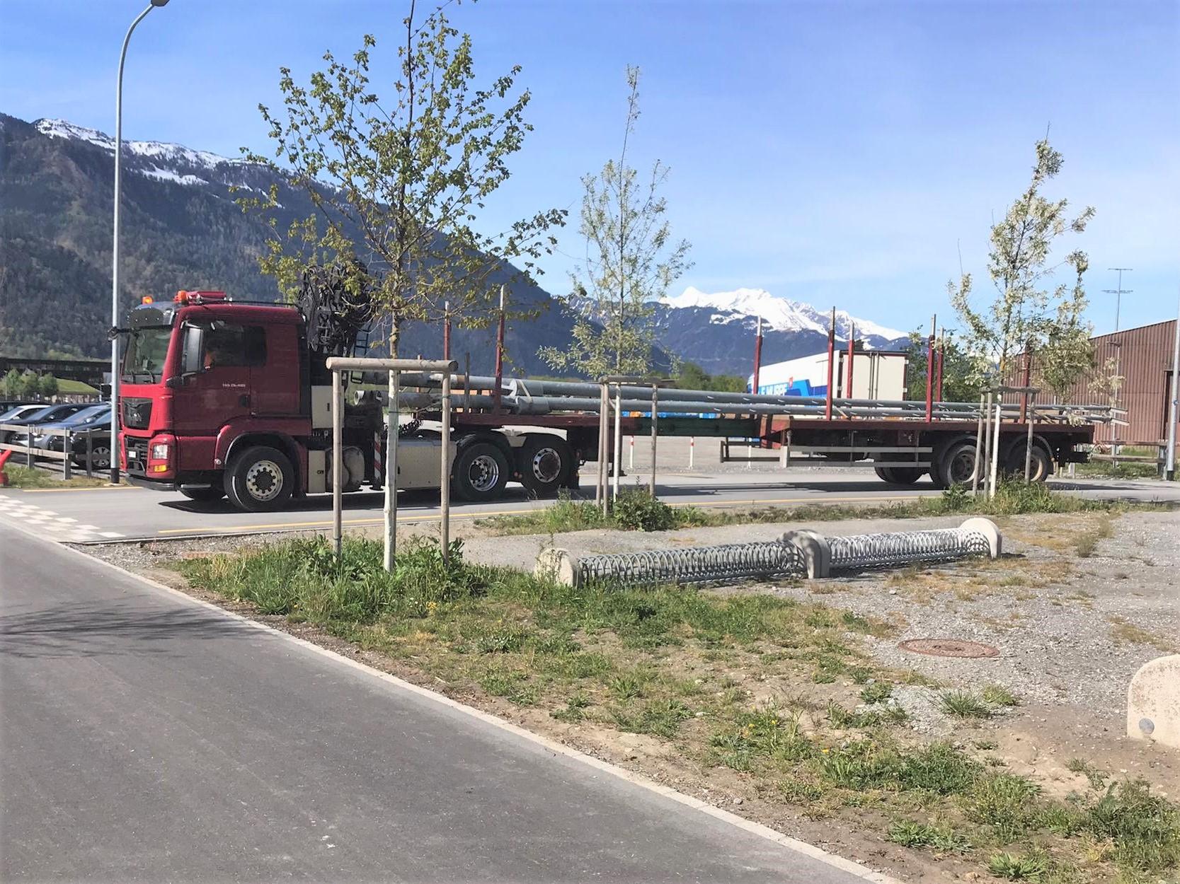 Spezialtransport der langen Pfeiler, sie lagern noch auf dem Areal der Cavigelli Transporte