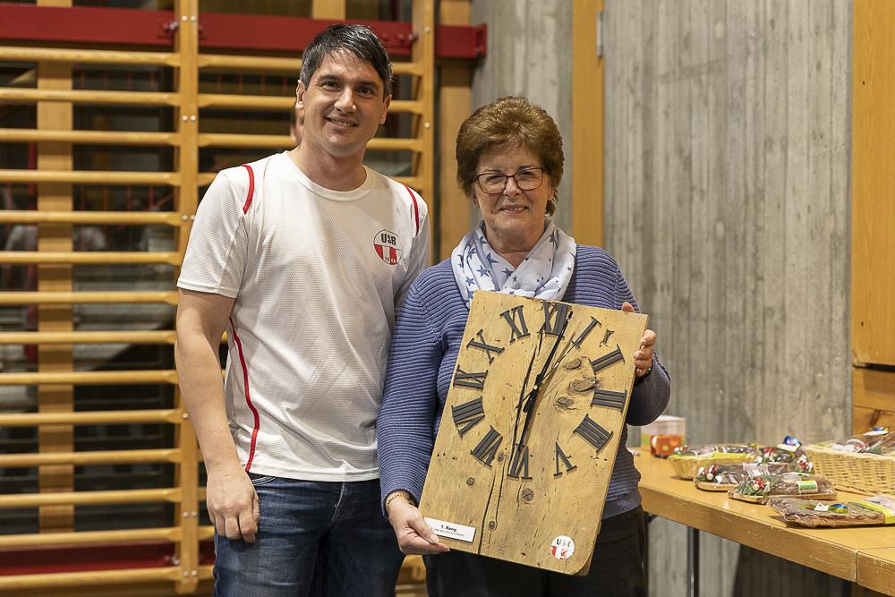 Die Siegerin Ursulina Cavelti mit dem gestifteten Preis - selbstverständlich durfte sie einen weiteren Preis aussuchen...