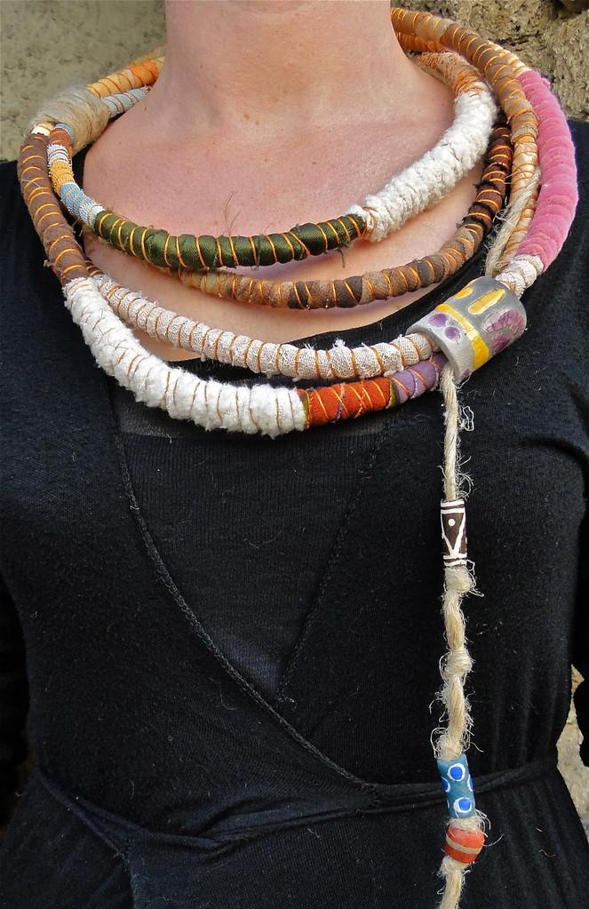 collier Massaï, chanvre,perles, tissu, pièce de céramique