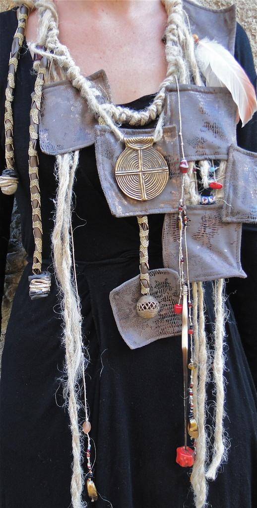 parure sauvage, piques de porquépic et perles d'Afrique, corail rouge, tissu, chanvre