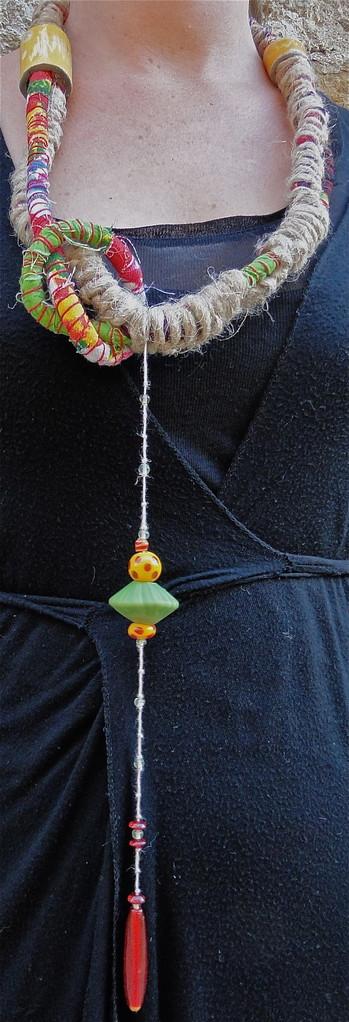 collier Massaï,perles, chanvre, tissu et pièces de céramique