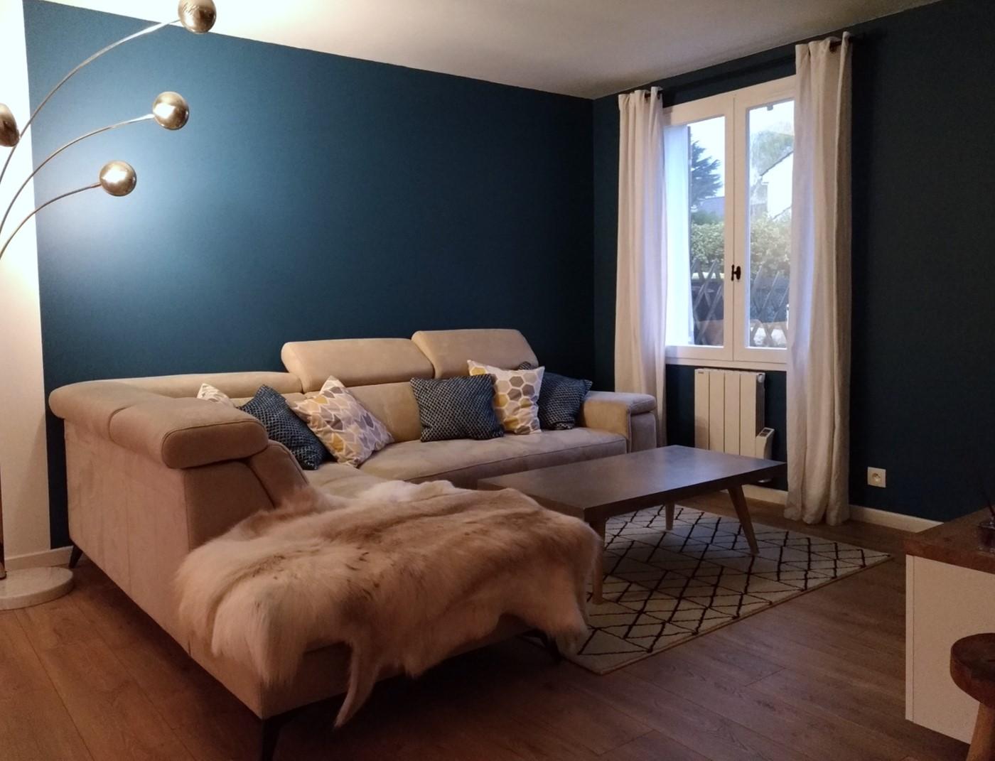 Séjour bleu cosy. mariage de bleu profond et de chêne clair, quelques touches industrielles et textiles chaleureux.