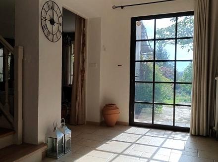 Mise en lumière d'une entrée avec la création d'une porte style atelier en acier.