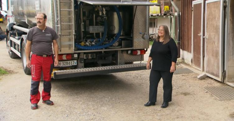 Heinz Berger und Monika Meier von der J. Meier Grüt Transporte AG geben auf dem Aussichtshof der Familie Pflugshaupt einen Einblick in den Milchtransport. Bild: Video SRF