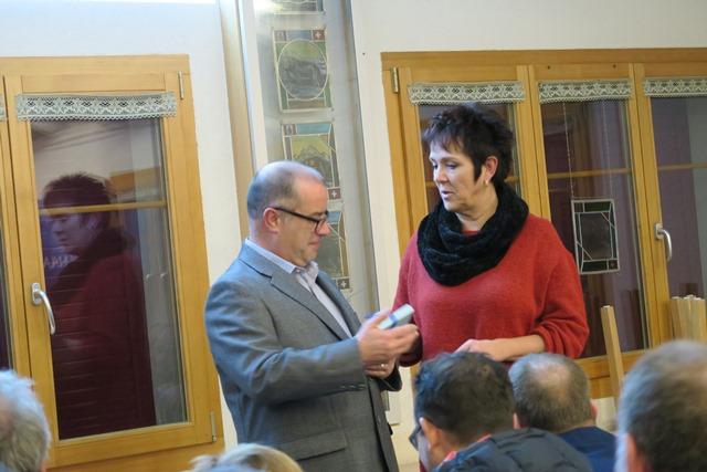 Silvia Berger bedankt sich bei René Bätschmann mit einer süssen Spezialität aus Gossau