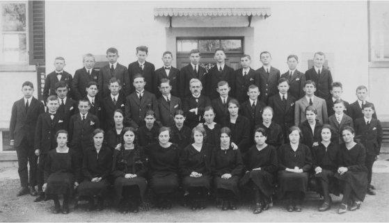 Die Gossauer Konfirmanden von 1928 mit Pfarrer Hans Meili in der Bildmitte. (Sammlung Gossau im Wandel, Dürstelerhaus)