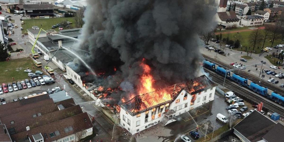 Hinwil: Grossbrand in Gewerbeliegenschaft