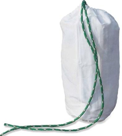 Deutlich leichter und auch weniger sperrig ist der sogenannte Ursack. Dieser ist aus robustem Material gefertigt und wird mit einem speziellen Knoten verschlossen. Jedoch wird dieser nicht von allen Nationalparks zugelassen.
