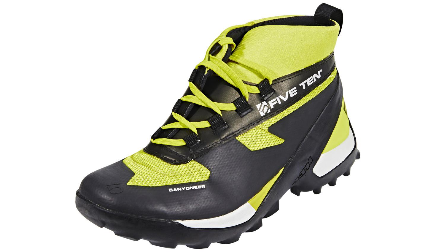 Canyoneering Schuhe und dazu noch Neopren-Socken ist die Luxus-Variante. Damit hast du einen hervorragenden Halt und warme Füsse. Grosser Nachteil ist das zusätzliche Gewicht von ca. einem Kilogramm.