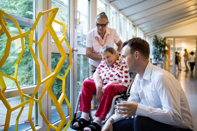 Michael Härteis erklärt die Kunstwerke den BewohnerInnen