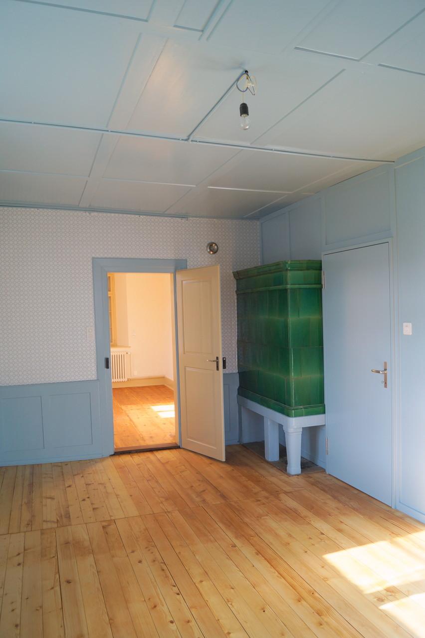 """Das """"blaue Zimmer"""" hat wie alle Wohnräume den früheren Holzboden behalten"""