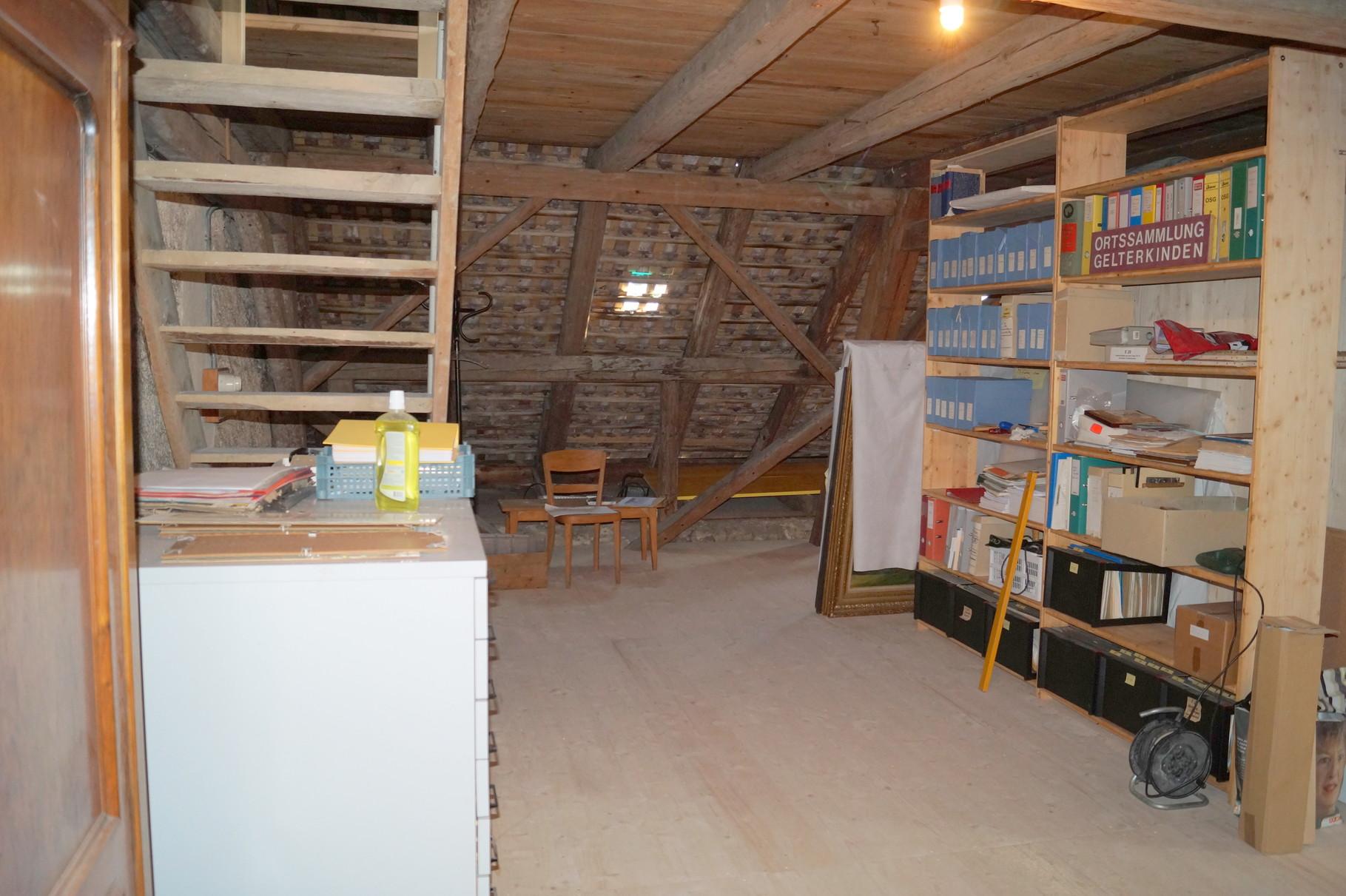 Der Archivraum wurde als freistehende Zelle auf den gedämmten Estrichboden gebaut