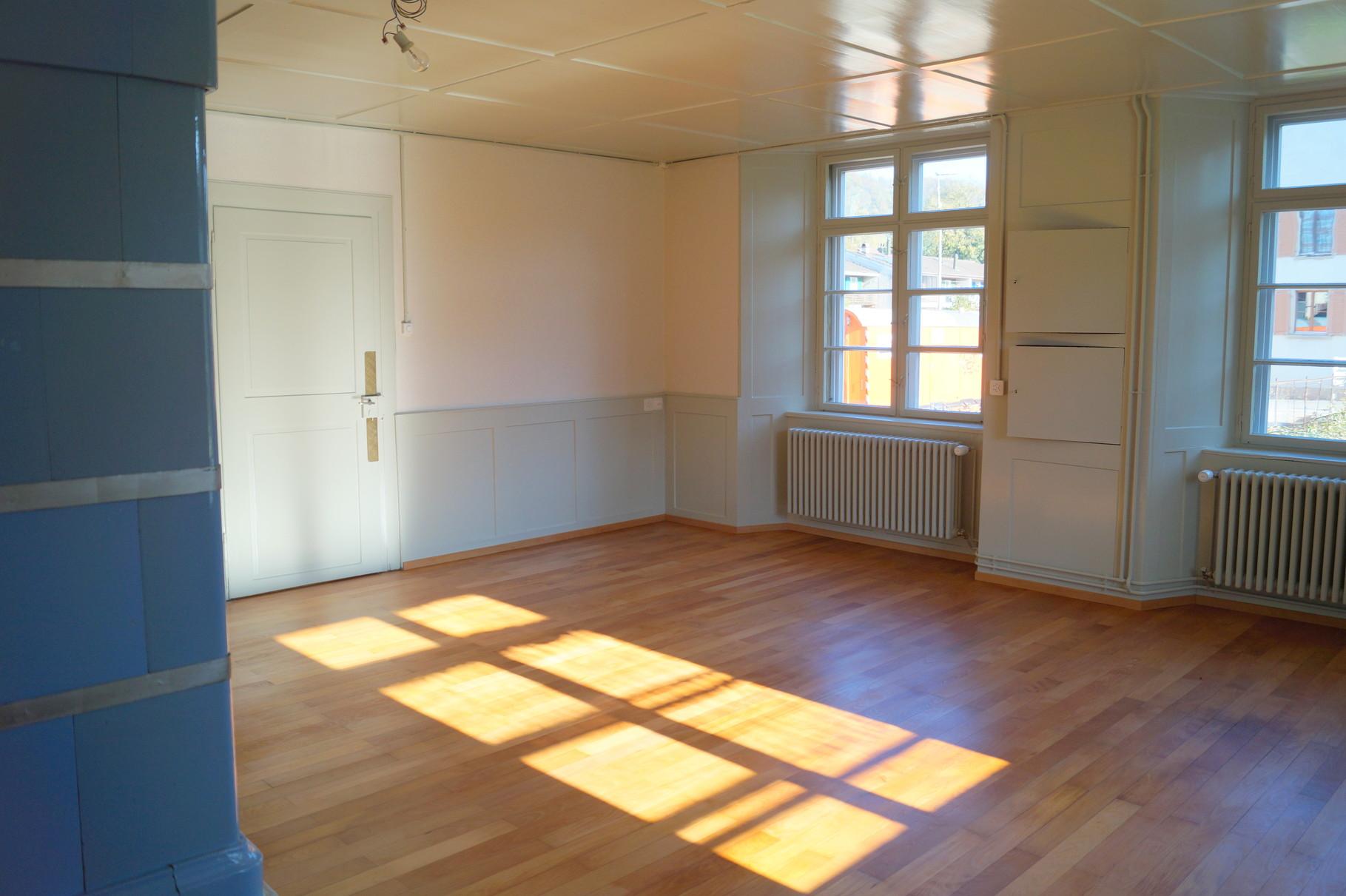 Das Wohnzimmer hat wie alle anderen Zimmer eine neue Tapete erhalten...