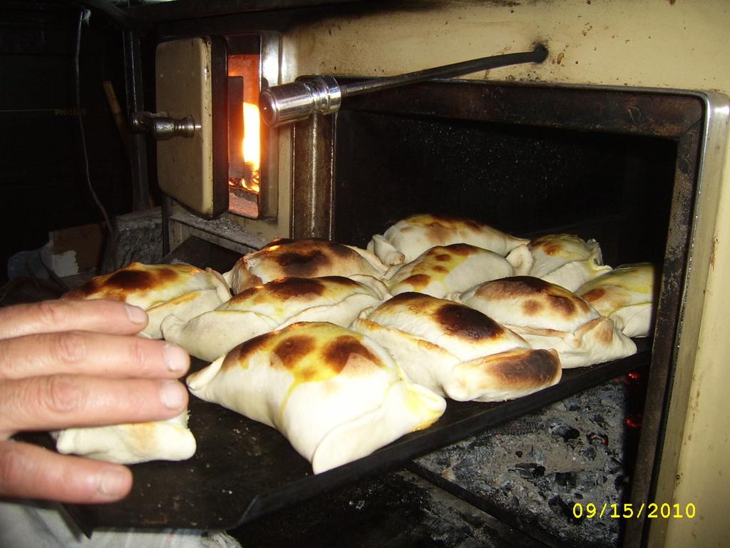 Cocción de empanadas en cocina a leña
