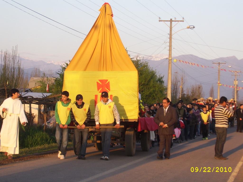 Jóvenes Tirando Carro de Arrastre Peregrinación Virgen de La Merced