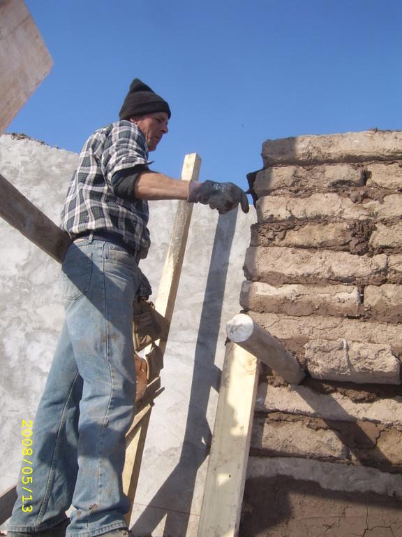 Carlos Galaz Becerra en plena colocación del adobe en restauracion de la Capilla