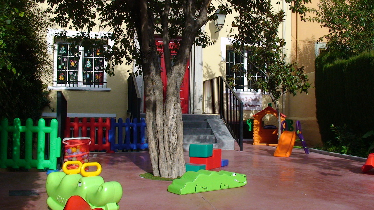 Centro Infantil Virgen de Montserrat. Granada. Detalle de la entrada.