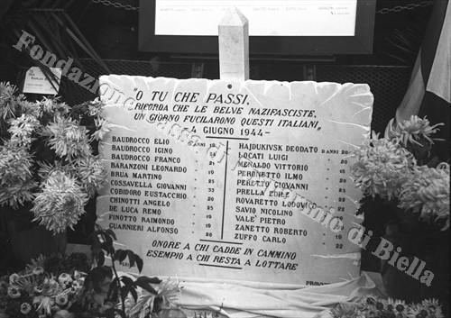 La prima lapide commemorativa dei fucilati di piazza Q. Sella (Fondazione Cassa di Risparmio di Biella, archivio Cesare Valerio)