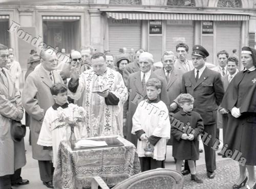 Don Finottto, cappellano della C.R.I. biellese, impartisce la benedizione ai nuovi automezzi (Fondazione Cassa di Risparmio di Biella, archivio Lino Cremon)