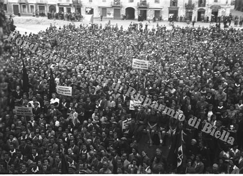 La folla radunata in piazza Martiri (Fondazione Cassa di Risparmio di Biella, archivio Cesare Valerio)