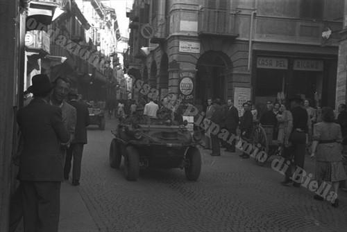 Schwimmwagen tedesca in via Umberto, oggi via Italia (Fondazione Cassa di Risparmio di Biella, archivio Cesare Valerio)