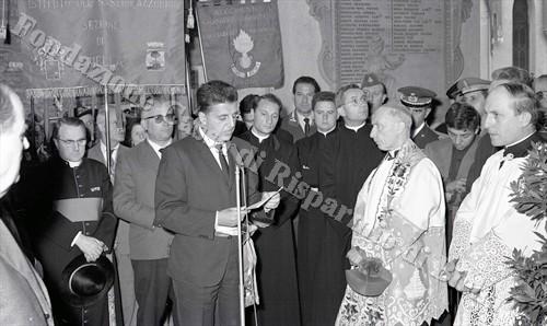 Il sindaco Franco Borri Brunetto rivolge al pubblico un breve discorso, al suo fianco il vescovo Carlo Rossi (Fondazione Cassa di Risparmio di Biella, archivio Lino Cremon)