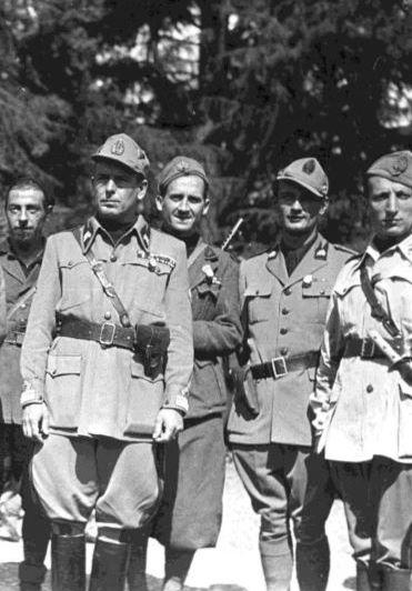 """Il maggiore Alessandro Manfredi, comandante del 115° Battaglione M """"Montebello"""" della GNR (in primo piano,a sinistra) e il tenente Dario Raviglione (secondo da destra)"""