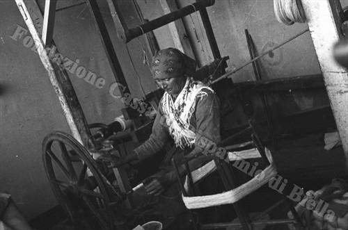 Il telaio a mano degli artigiani di Mongrando (Fondazione Cassa di Risparmio di Biella, archivio Cesare Valerio)