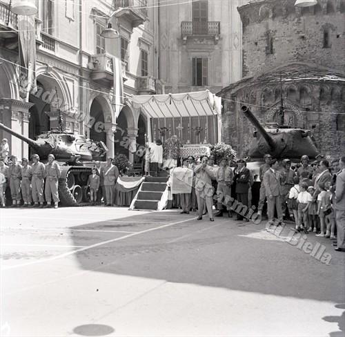 L'altare per la Messa al campo in piazza del Battistero, fiancheggiato dai due M47 Patton(Fondazione Cassa di Risparmio di Biella, archivio Lino Cremon)