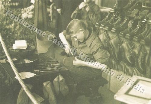 Apprendisti calzolai all'opera nello stand dell'Ospizio di Carità di Biella (Fondazione Cassa di Risparmio di Biella, archivio Cesare Valerio)
