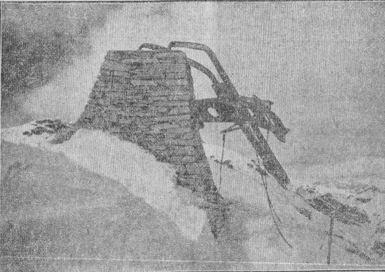 """Dopo esser stata ricostruita una prima volta nel 1920, la croce sul Mucrone fu abbattuta dal fortissimo vento di scirocco che spirò nella notte tra il 2 e il 3 febbraio 1935 (Fotografia di Franco Bogge pubblicata su """"il Biellese"""")"""