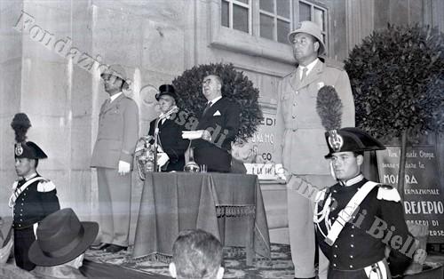 Giuseppe Pella imortalato mentre pronuncia il suo discorso (Fondazione Cassa di Risparmio di Biella, archivio Lino Cremon)