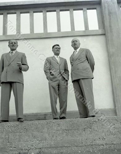 Il sindaco Blotto Baldo (a destra) con l'assessore Casalvolone sui gradoni del bocciodromo (Fondazione Cassa di Risparmio di Biella, archivio Lino Cremon)