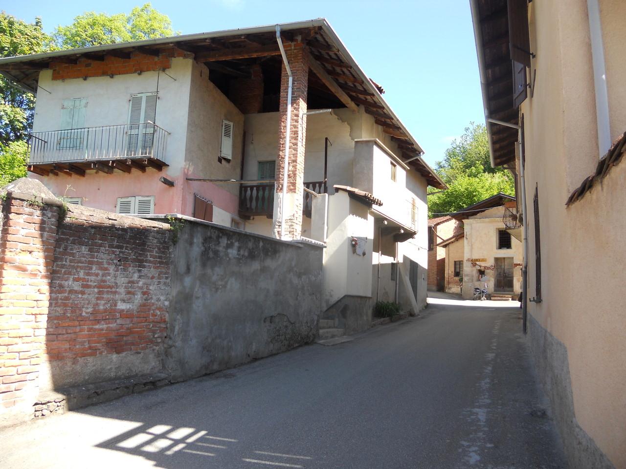 La via principale di Santa Maria di Curino: sulla sinistra l'edificio che nel 1944 ospitava l'osteria di Silvio Locca