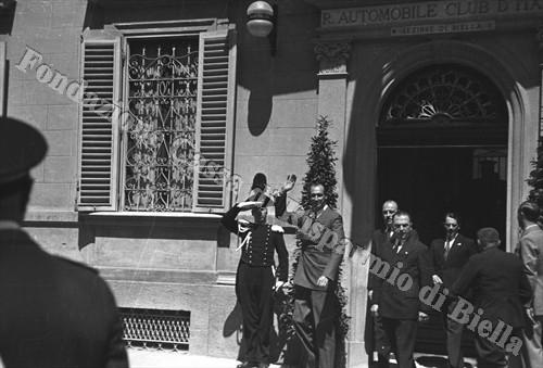 Il duca di Spoleto all'uscita dalla sede del R.A.C.I. Biella (Fondazione Cassa di Risparmio di Biella, archivio Cesare Valerio)