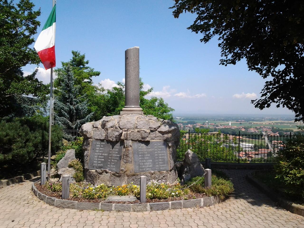 Il monumento ai martiri di Salussola