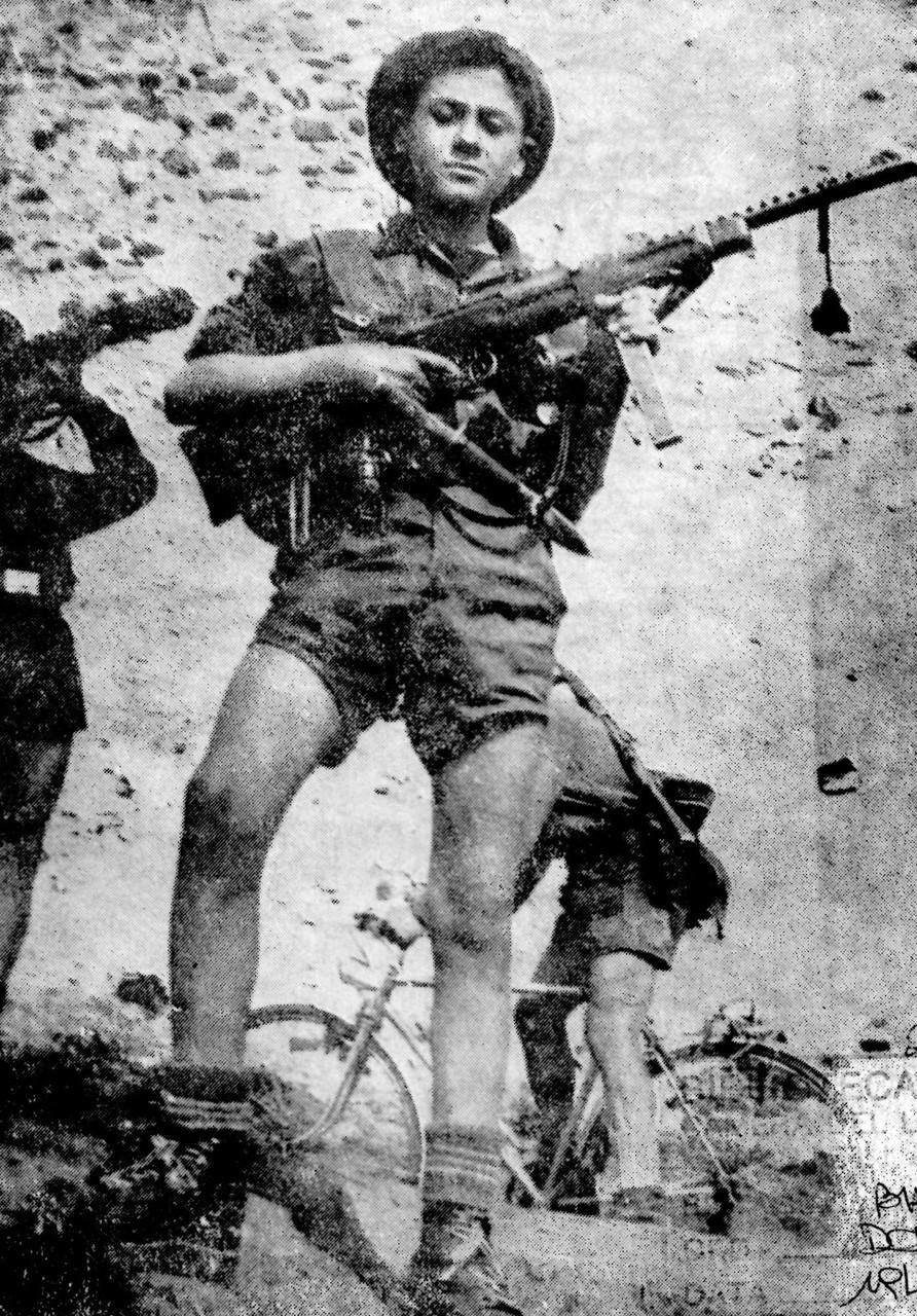 Tino Camana ritratto in divisa partigiana con il fucile mitragliatore ereditato dopo la morte del padre, 1945