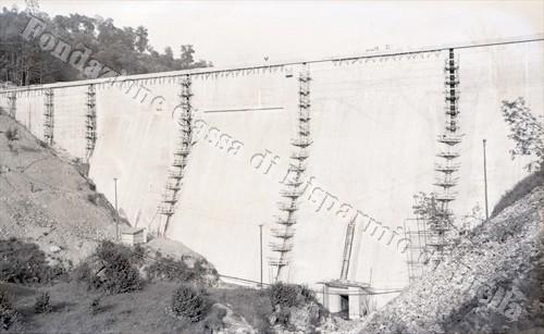 La diga di Camandona in costruzione (Fondazione Cassa di Risparmio di Biella, archivio Lino Cremon)